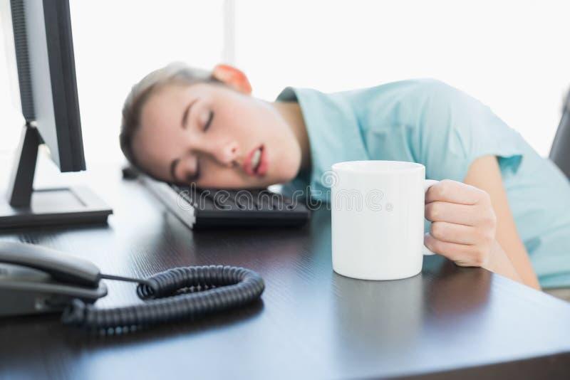 Donna di affari sveglia che si siede sul suo pisolino della poltrona girevole immagine stock libera da diritti