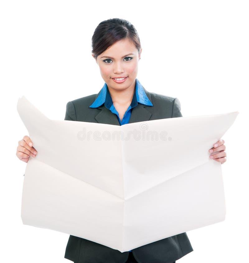 Donna di affari sveglia Holding Blank Newspaper fotografie stock libere da diritti