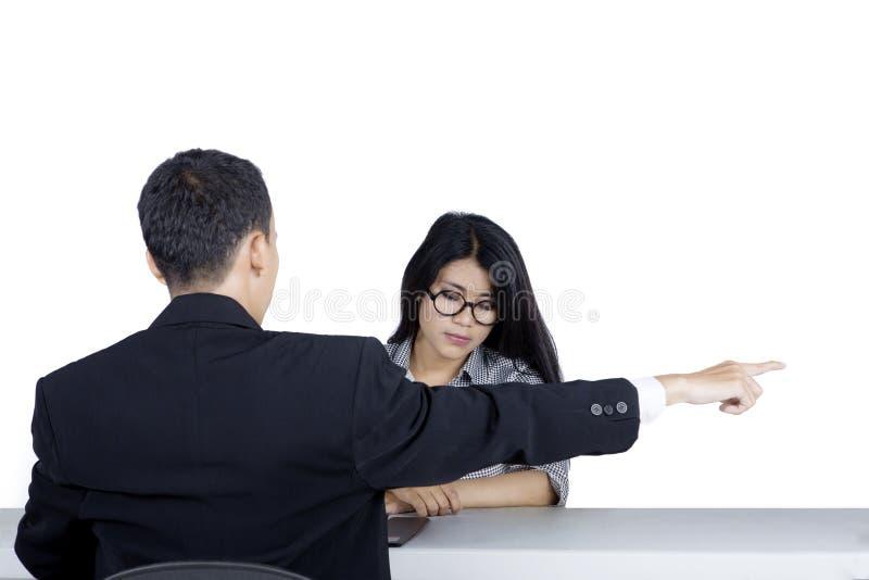 Donna di affari triste espelsa dal suo responsabile fotografie stock libere da diritti