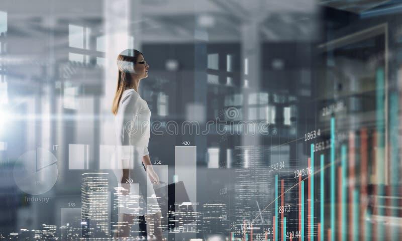 Donna di affari in ufficio moderno Media misti Media misti royalty illustrazione gratis