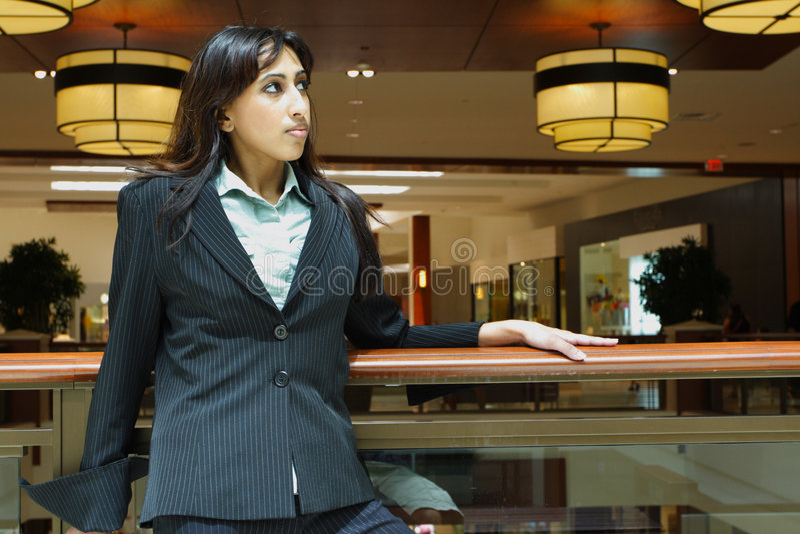 Donna di affari in un viale fotografie stock libere da diritti