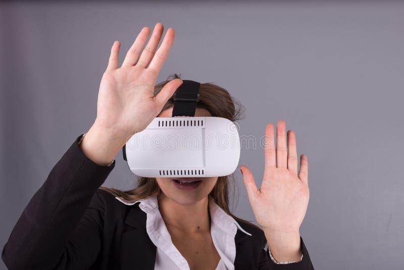 Donna di affari in vetri portabili di tecnologia VR Youn sicuro fotografia stock libera da diritti