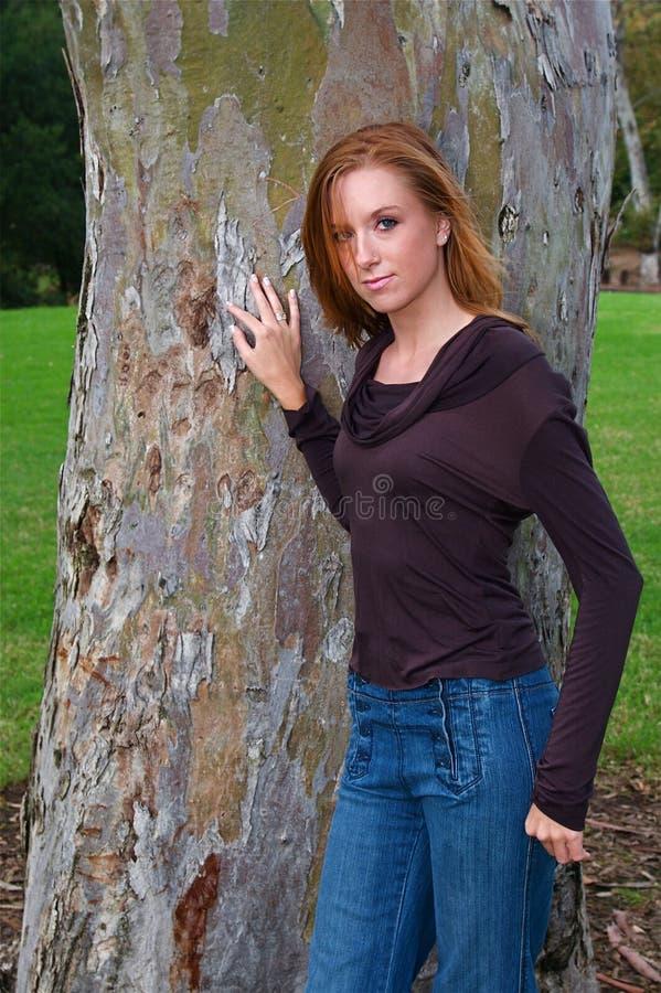 Download Donna di autunno fotografia stock. Immagine di aggancio - 7314678