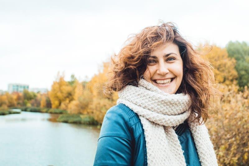 Donna di autunno che ride nel parco di caduta all'aperto immagine stock libera da diritti