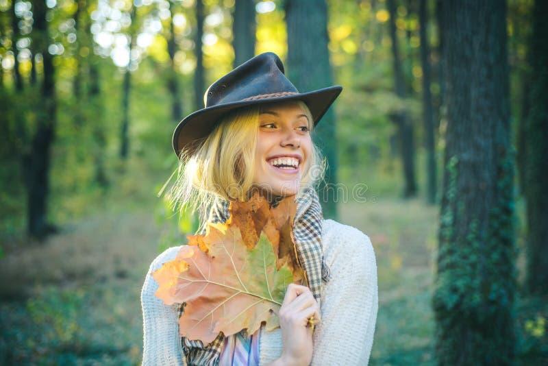 Donna di autunno Sogni di caduta della foglia e di autunno Donna graziosa ed uomo bello che camminano nel parco e che godono del  fotografia stock libera da diritti