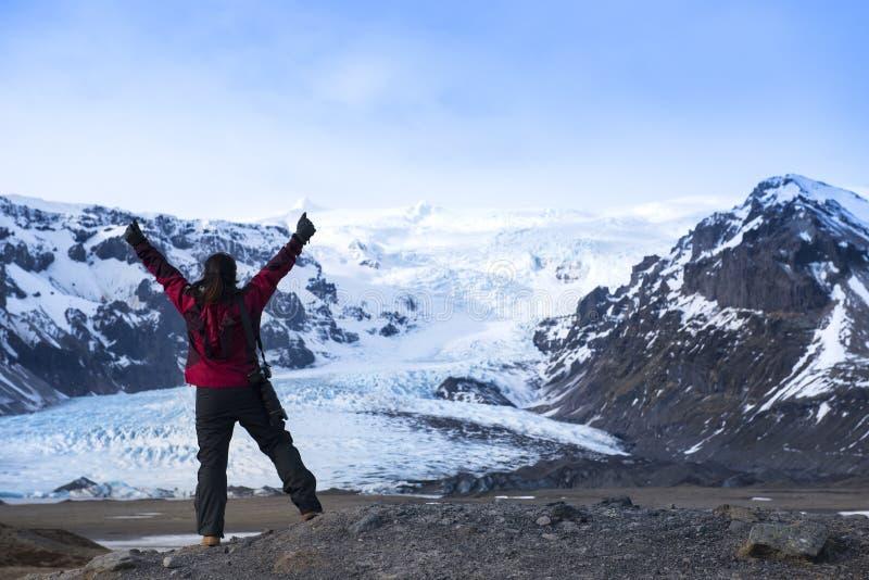 Donna di avventura dalla natura del ghiacciaio sull'Islanda Turista in Islanda immagine stock libera da diritti