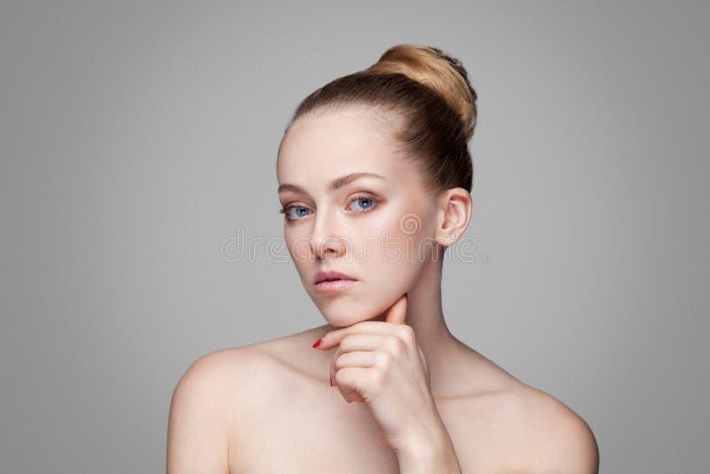 Donna di bellezza Bello modello con il mento pulito fresco perfetto di tocco della pelle Gioventù dei capelli del panino e concet fotografie stock
