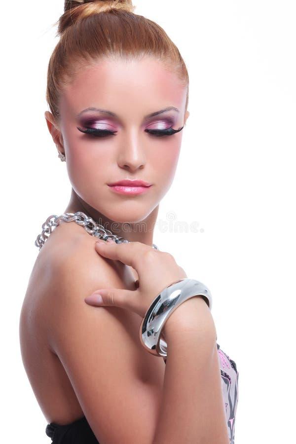 Donna di bellezza che posa con i gioielli piacevoli immagine stock libera da diritti