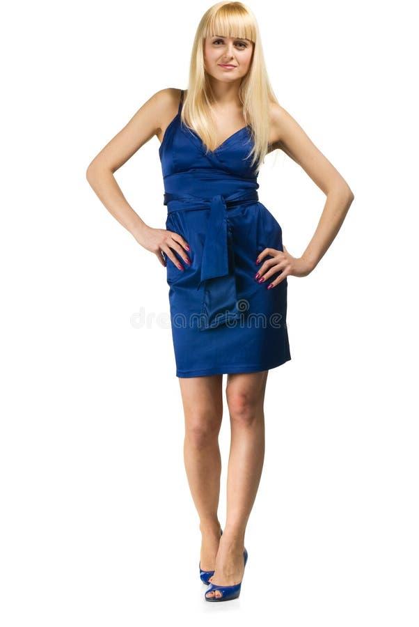 Donna di bellezza che propone in vestito blu fotografia stock