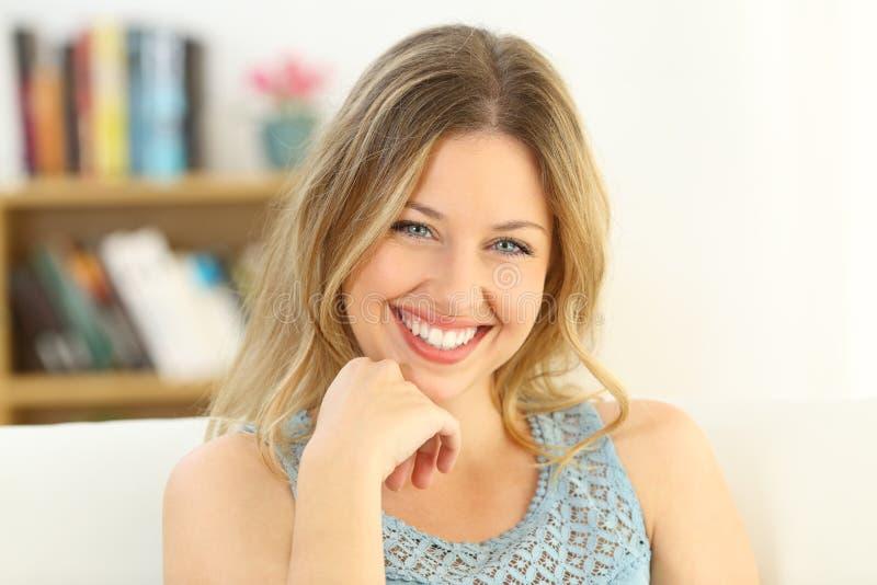 Donna di bellezza che sorride esaminando macchina fotografica fotografia stock libera da diritti