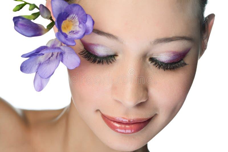 Donna di bellezza con il fiore fotografia stock