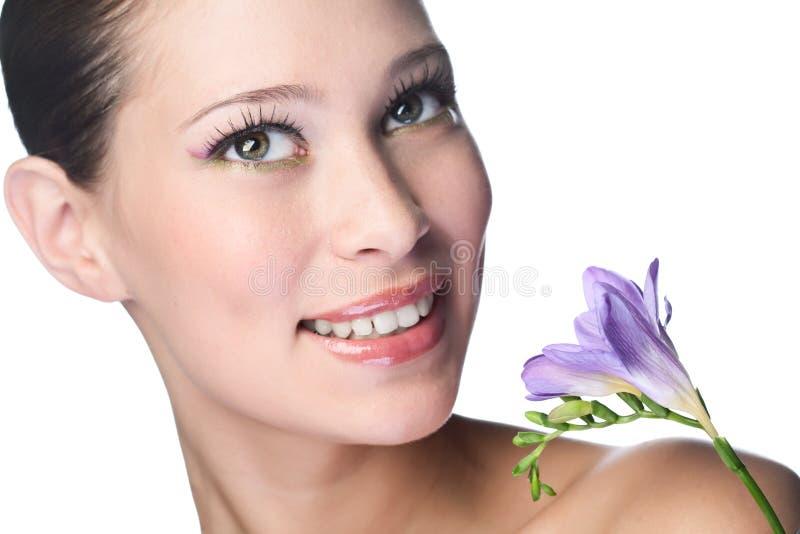 Donna di bellezza con il fiore fotografia stock libera da diritti