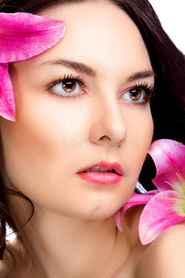 Donna di bellezza con il fiore vibrante immagine stock