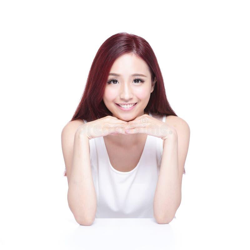 Donna di bellezza con il sorriso affascinante fotografie stock libere da diritti