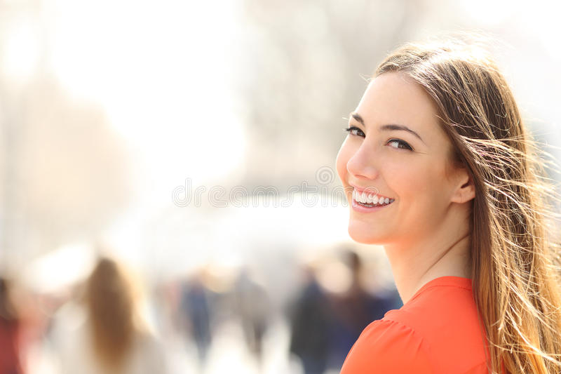Donna di bellezza con il sorriso perfetto ed i denti bianchi sulla via fotografie stock