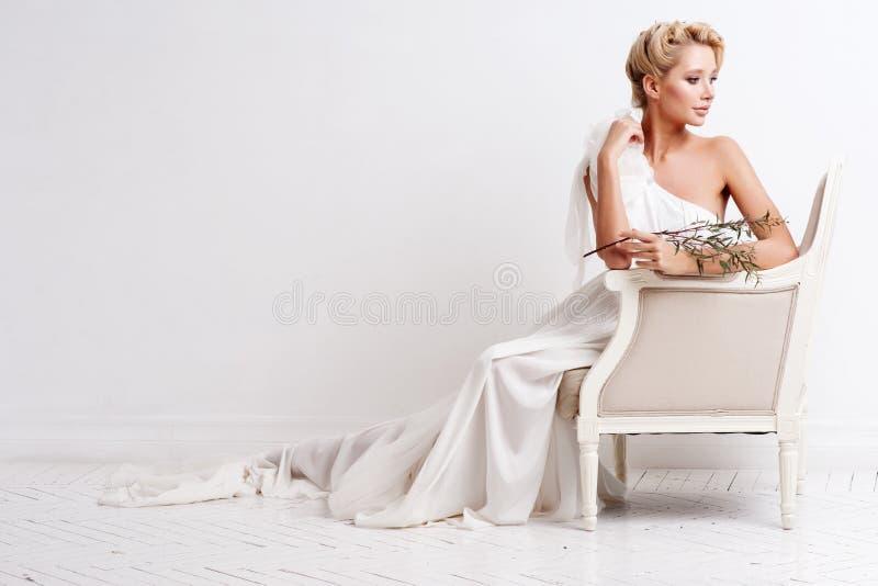 Donna di bellezza con l'acconciatura ed il trucco di nozze Modo della sposa Monili e bellezza Donna in vestito bianco, pelle perf immagini stock libere da diritti