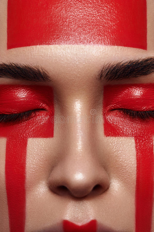 Donna di bellezza con le forme rosse sul fronte immagini stock