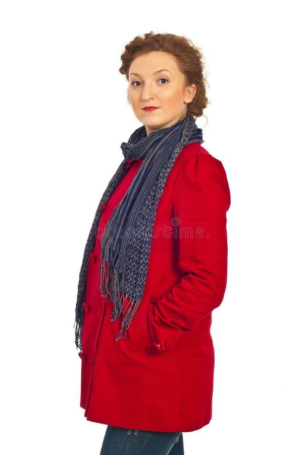 Donna di bellezza in rivestimento e sciarpa rossi fotografia stock