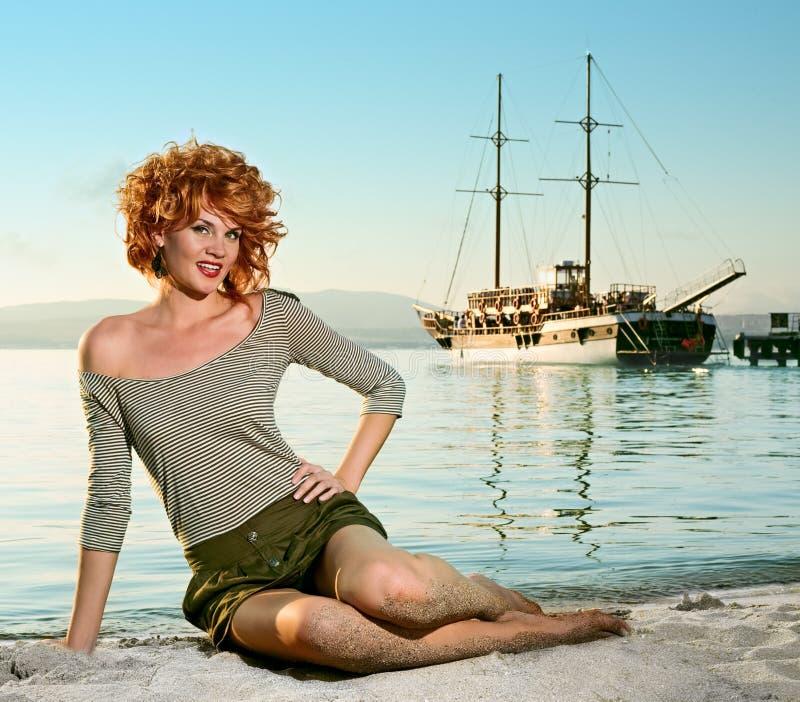 Donna di bellezza sul mare immagini stock libere da diritti