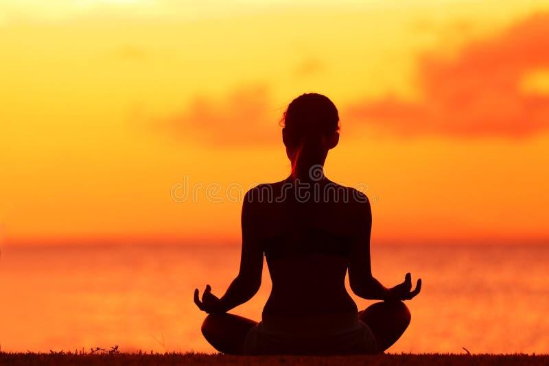 Donna di benessere che fa meditazione di yoga di zen sulla spiaggia fotografia stock libera da diritti