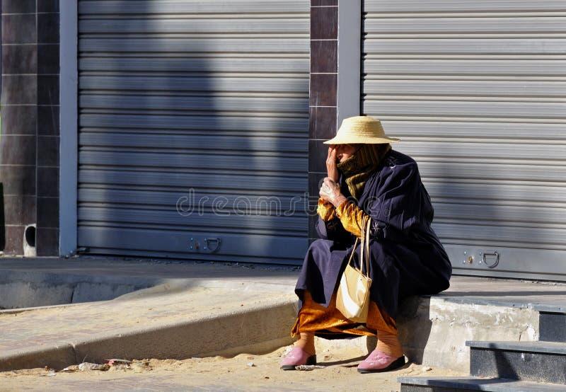 Donna di Berber nella via fotografia stock