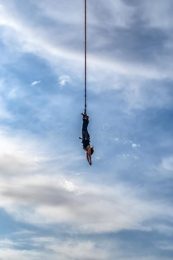 Donna di bungee jumping immagine stock