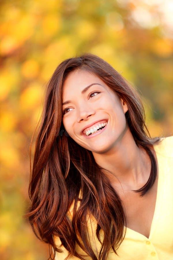 Donna di caduta che sorride - ritratto di autunno immagine stock