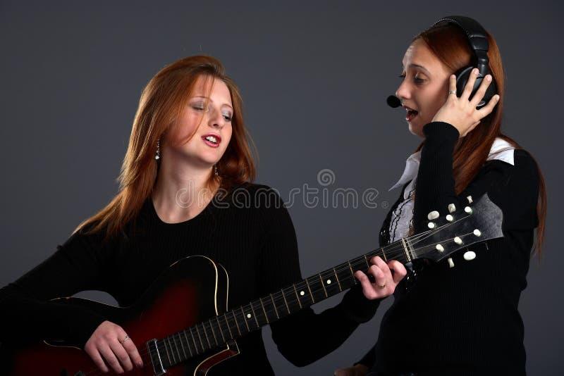 donna di canto due immagini stock libere da diritti