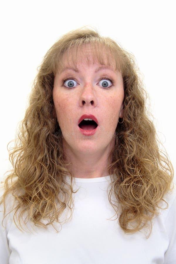 Donna di Caucasion con uno sguardo scosso sul suo fronte immagini stock