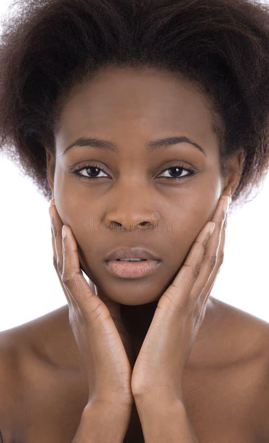 Donna di colore afroamericana sembrante triste e seria isolata immagini stock libere da diritti