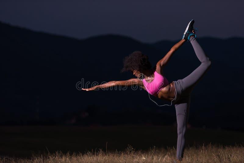 Donna di colore che fa yoga nella natura fotografia stock libera da diritti
