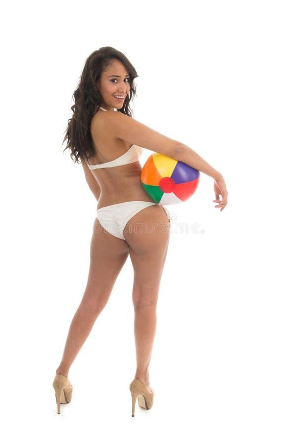 Donna di colore che gioca con il beach ball fotografia stock libera da diritti