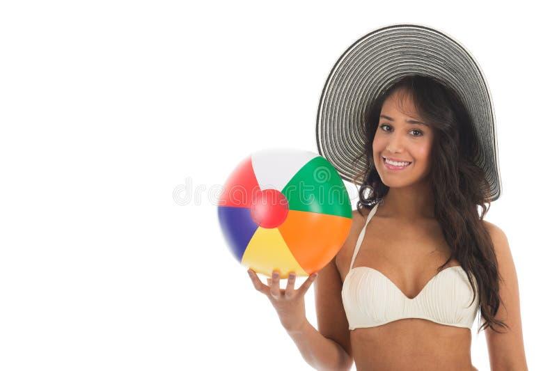 Donna di colore che gioca con il beach ball immagini stock