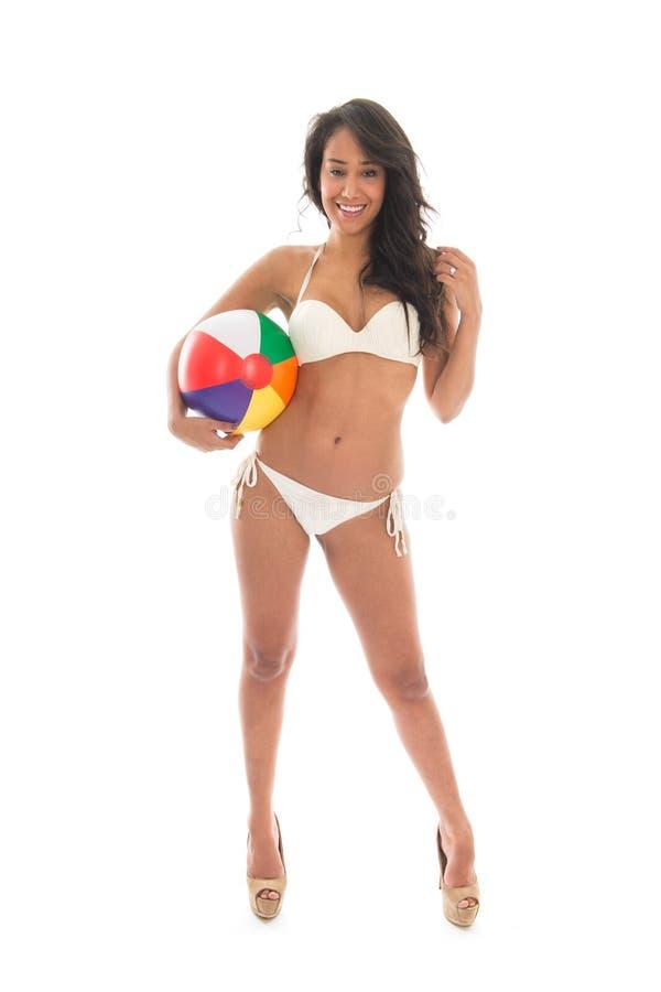 Donna di colore che gioca con il beach ball fotografie stock libere da diritti