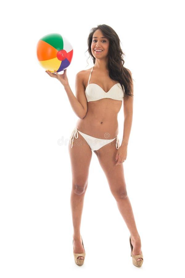 Donna di colore che gioca con il beach ball fotografia stock