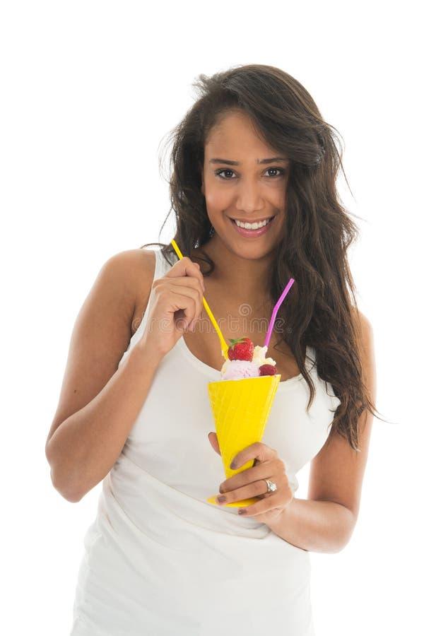 Donna di colore che mangia il sorbetto della frutta in vetro fotografie stock libere da diritti