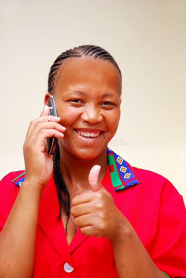 Donna di colore che riceve le buone notizie fotografia stock libera da diritti