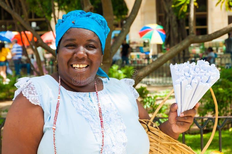 Donna di colore che vende le arachidi arrostite a Avana fotografia stock