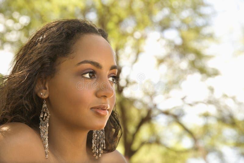 donna di colore dell'Giovane-adulto che osserva fuori. fotografie stock libere da diritti