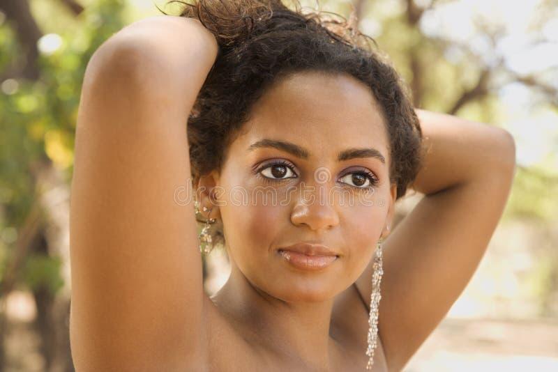 donna di colore dell'Giovane-adulto con le braccia in su. fotografia stock libera da diritti