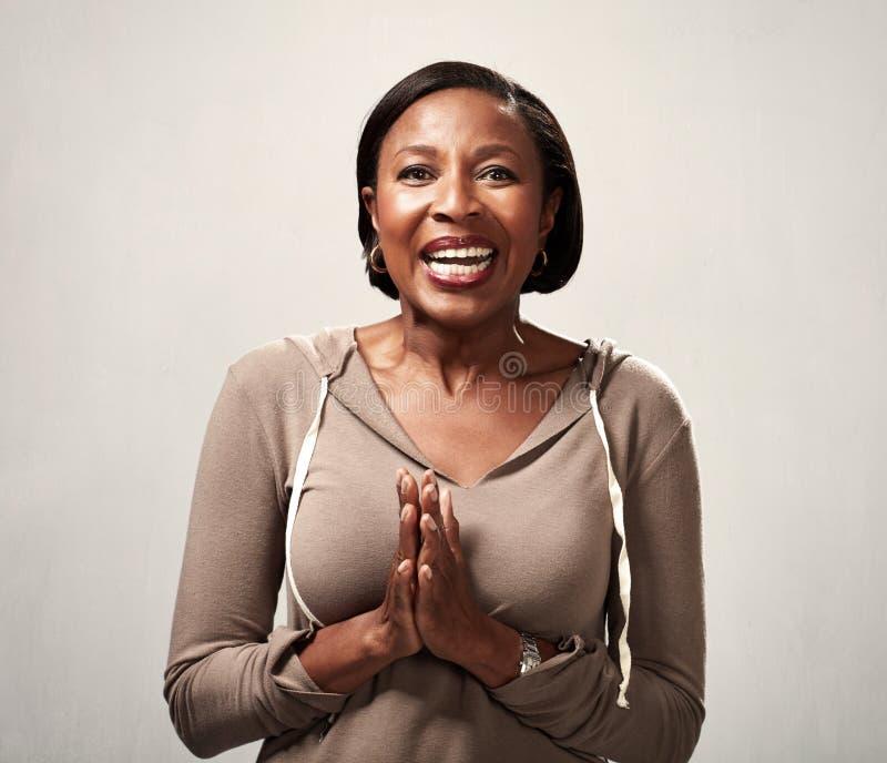 Donna di colore sorpresa felice fotografie stock libere da diritti