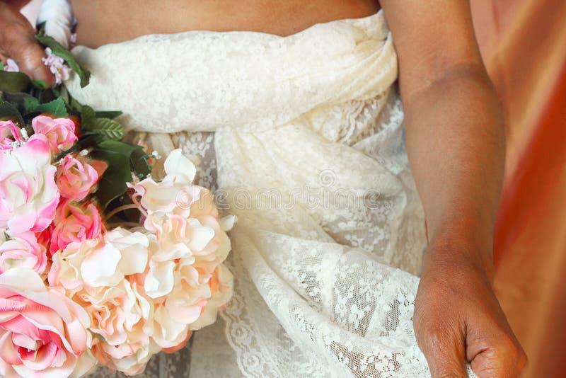 Donna di colore in vestito da cerimonia nuziale fotografia stock