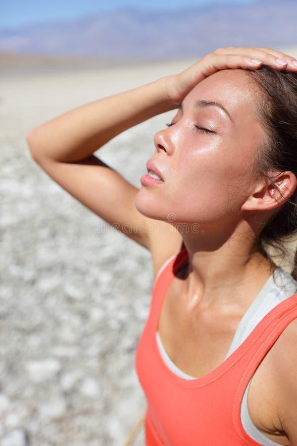 Donna di concetto di sete di disidratazione in Death Valley fotografie stock libere da diritti