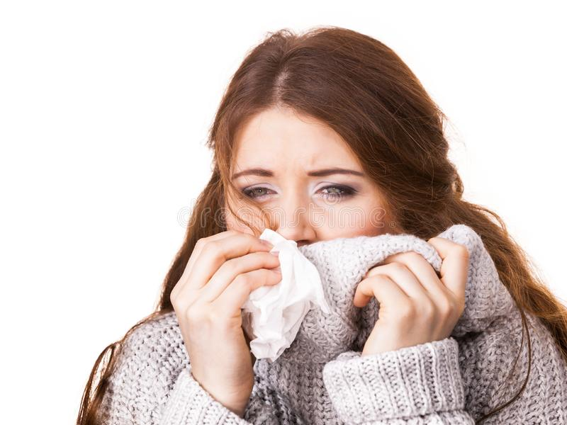 Donna di congelamento malata che starnutisce nel tessuto fotografie stock
