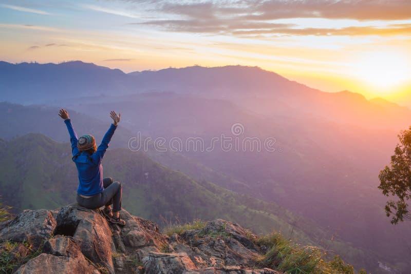 Donna di conquista di celebrazione felice di successo fotografia stock libera da diritti