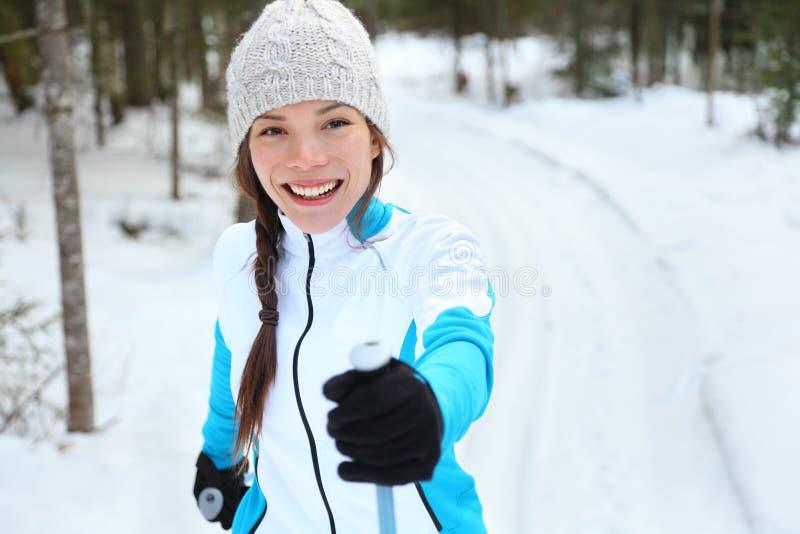 Donna di corsa con gli sci che attraversa il paese sul pattino immagini stock libere da diritti