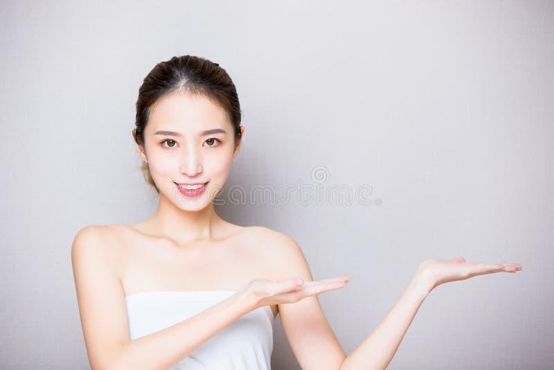 Donna di cura di pelle di bellezza fotografie stock libere da diritti