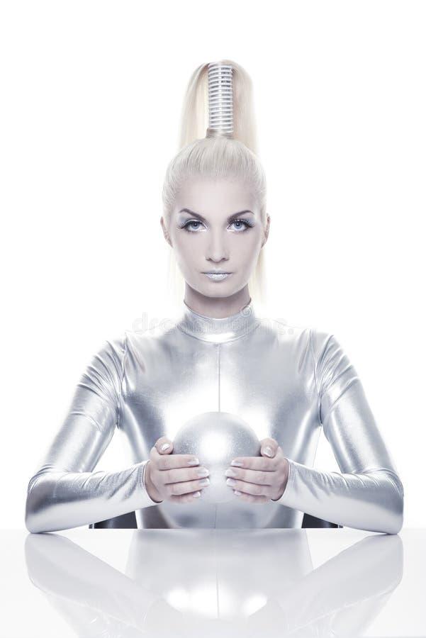 Donna di Cyber con la sfera d'argento fotografie stock libere da diritti