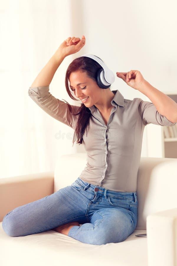 Donna di dancing che ascolta la musica con le cuffie fotografia stock