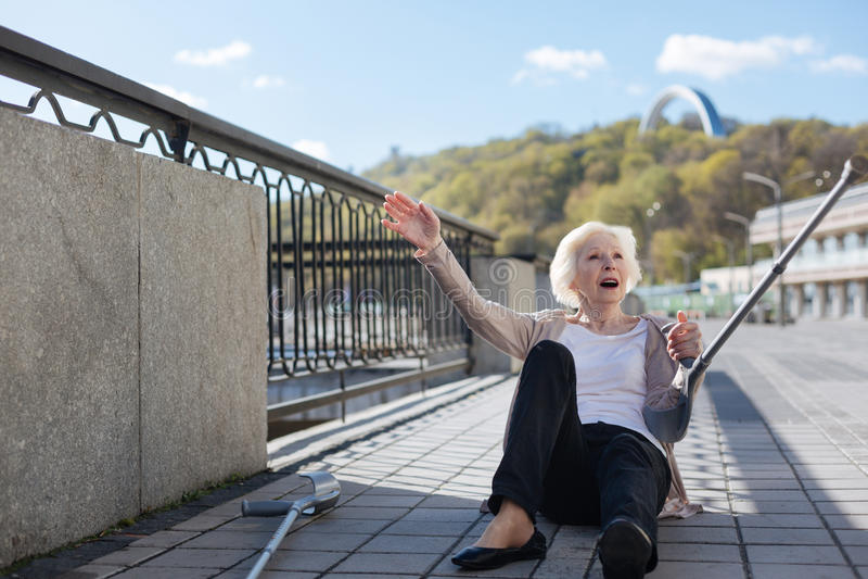 Donna di disturbo che si trova sulle lastre sulla banchina fotografie stock libere da diritti